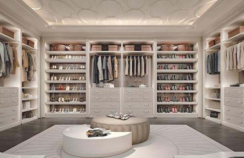 Una cabina armadio iperaccessoriata e dal design moderno e luminoso ...